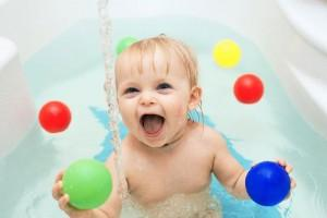 baby-playing-water